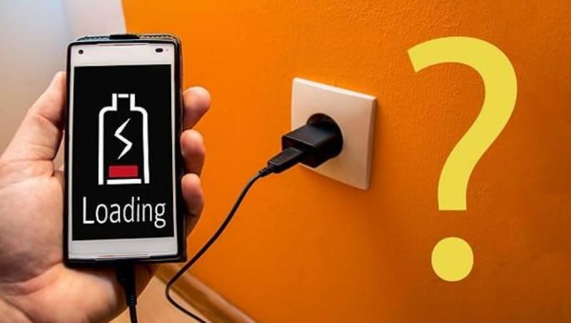 Отсоедините от устройства зарядное устройство;